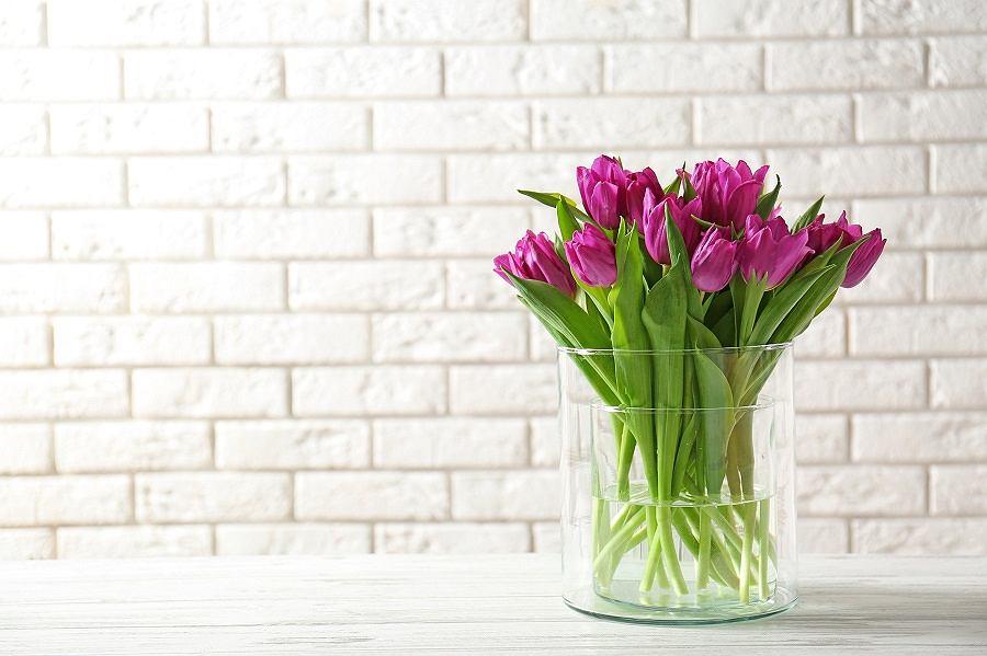 Szklany wazon pasuje do każdej kompozycji kwiatowej