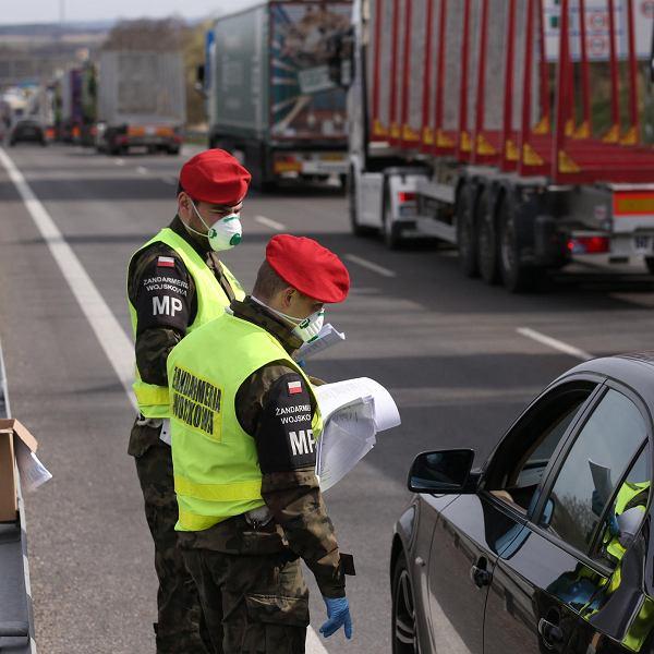 W środę w południe kolejka samochodów do punktu granicznego i kontroli sanitarnej w Kołbaskowie miała kilkanaście kilometrów. Toalety są dopiero przy samym punkcie kontrolnym