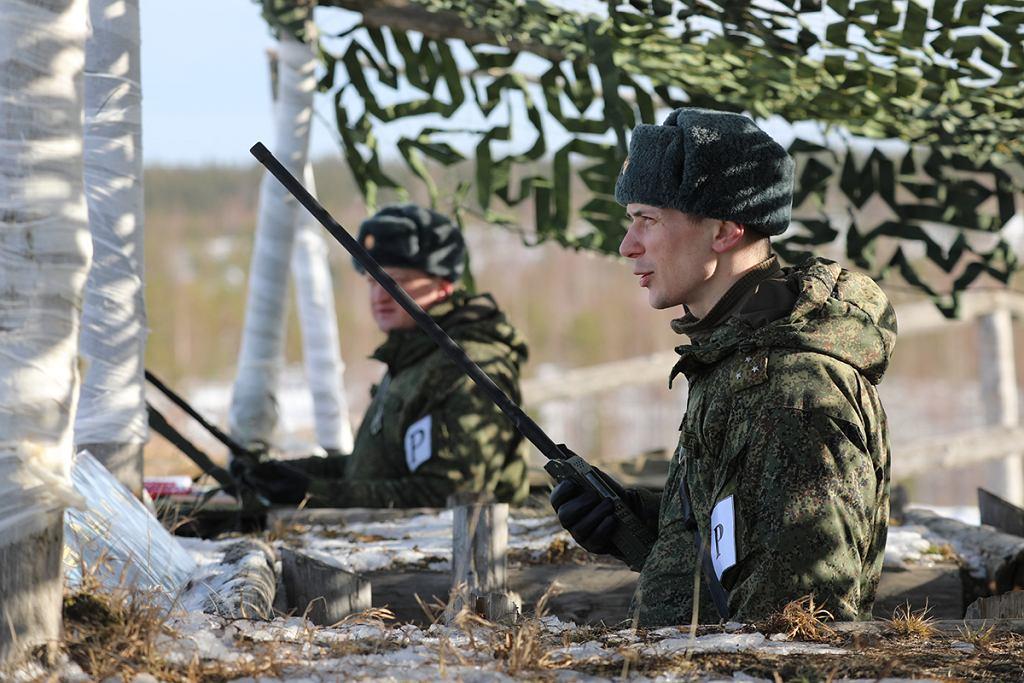 Rosyjscy żołnierze podczas ćwiczeń z radiostacjami Azart