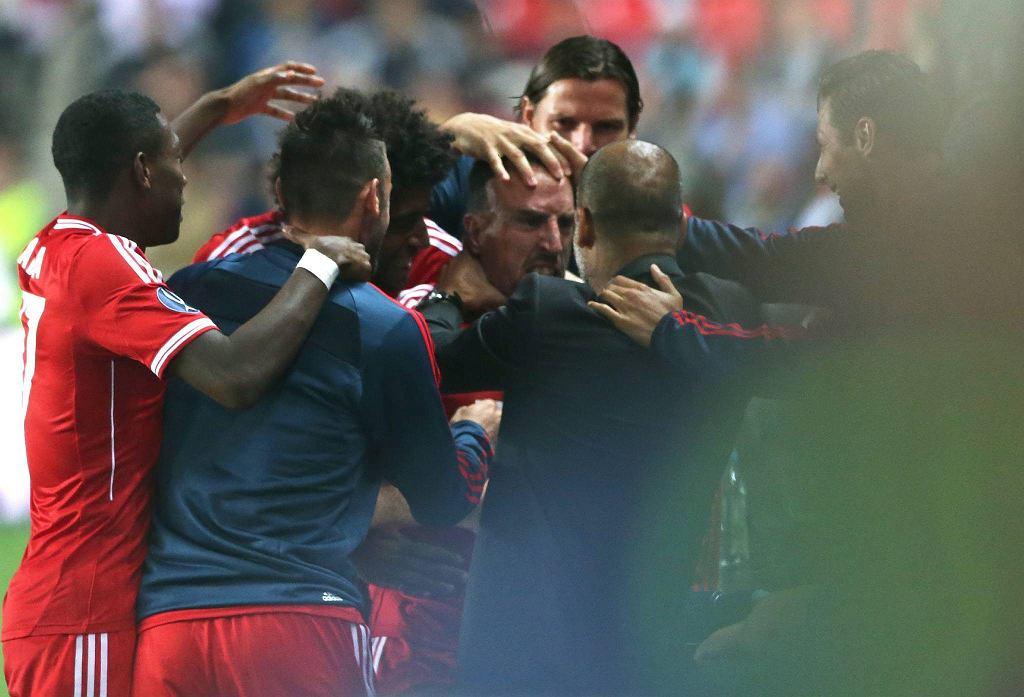 Guardiola w objęciach swoich piłkarzy