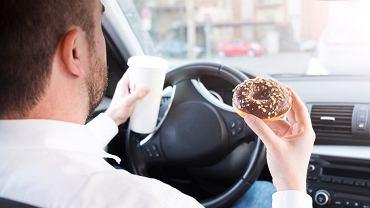 Jedzenie za kierownicą