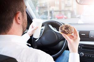 Badanie alkomatem, a batoniki z alkoholem. Czy za słodycze możemy stracić prawo jazdy?