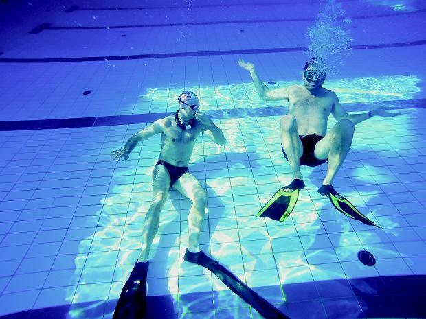 Autor i Piotr Ławrynowicz w roli instruktora na basenie Parku Wodnego Warszawianka. Na dnie można ćwiczyć tzw. statykę. Rekord świata wstrzymania oddechu pod wodą to 11 min i 35 sekund.