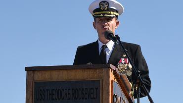 Komandor Brett Crozier podczas ceremonii objęcia dowództwa w styczniu 2019 roku