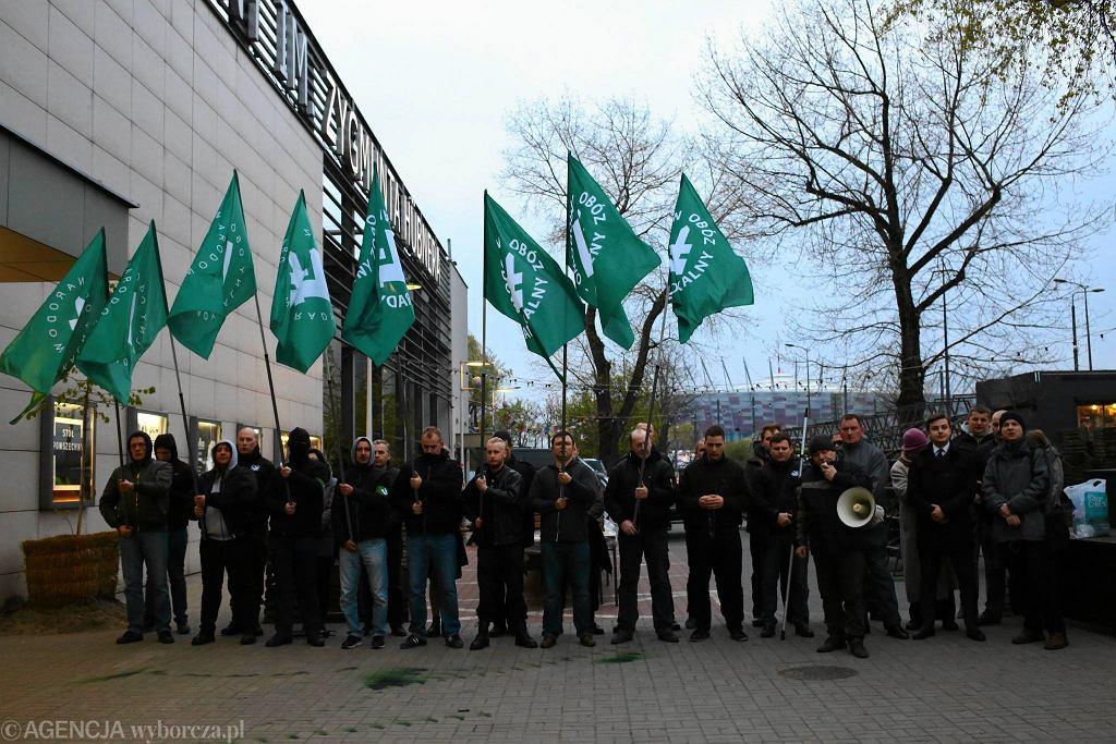 Protest narodowców przed spektaklem 'Klątwa' w Teatrze Powszechnym