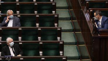 Premier Mateusz Morawiecki i jego partyjny zwierzchnik prezes Jarosław Kaczyński na sali plenarnej. Drugi dzień 10. posiedzenia Sejmu IX kadencji - w dobie pandemii koronawirusa. Od dziś obowiązują nakaz noszenia maseczek w miejscach publicznych. Warszawa, 16kwietnia 2020