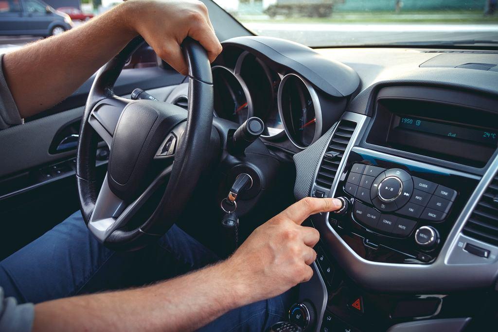 Современную автомагнитолу можно оснастить различными дополнительными функциями.  Иллюстративное фото, perfectlab / shutterstock.com