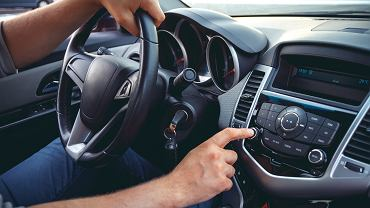 Nowoczesne radio samochodowe może być wyposażone w przeróżne dodatkowe funkcje. Zdjęcie ilustracyjne, perfectlab/shutterstock.com