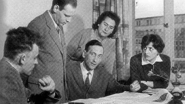Tadeusz Mazowiecki w redakcji tygodnika 'Więź' w 1961 r. Otaczają go (od lewej): Wojciech Wieczorek, Juliusz Eska, maszynistka pani Rusek, Krystyna Wieczorek