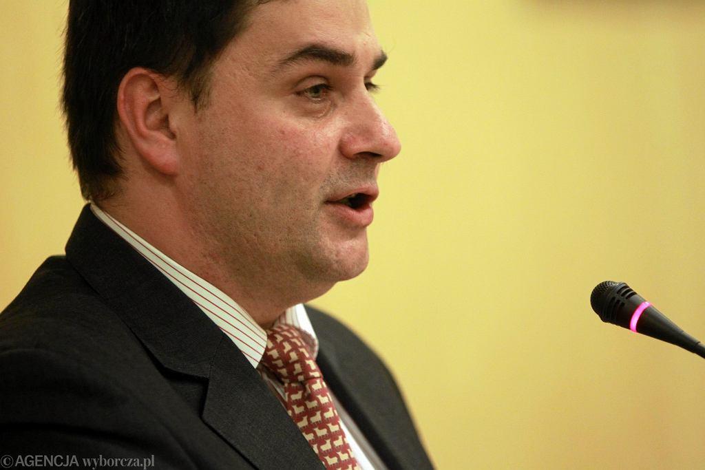 Burmistrz Ursynowa Robert Kempa podczas sesji Rady Dzielnicy