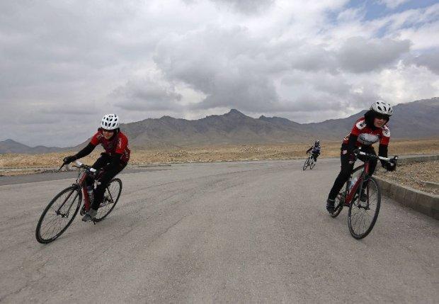 Zdjęcie numer 0 w galerii - Profesjonalny strój, rower i hidżab. Oto pierwsza kobieca drużyna kolarska w Afganistanie