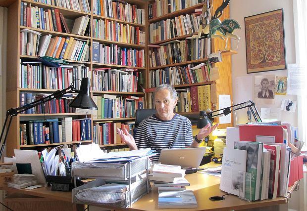 Maciej Zaremba Bielawski przy biurku