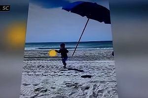 O mały włos nie doszło do tragedii. Plażowy parasol prawie wbił się w dziecko [WIDEO]