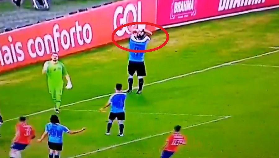 Kuriozalne zachowanie Luisa Suareza w trakcie meczu reprezentacji Urugwaju z Chile