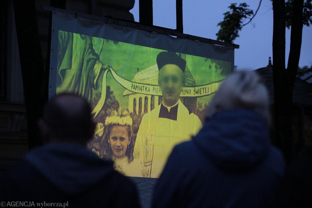 Kielce. Projekcja filmu 'Tylko nie nie mów nikomu' braci Sekielskich przed Kurią Diecezjalną
