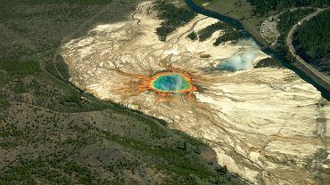 Są takie miejsca na Ziemi, których oglądanie wprawia w zachwyt. Te najbardziej szczególne chroni w sumie ponad 7 tysięcy parków narodowych. Stany Zjednoczone, Nowa Zelandia, Tanzania, Wenezuela, Polska - przeczesaliśmy cały świat w poszukiwaniu najpiękniejszych. // Stany Zjednoczone - Park Narodowy Yellowstone [UNESCO]. Najstarszy park narodowy na świecie, powstał w 1872 roku. Yellowstone leży na płaskowyżu wulkanicznym na terenie trzech stanów: Wyoming, Idaho i Montany. Słynie z gejzerów, wulkanów błotnych i gorących źródeł. Zamieszkują go m.in. bizony i niedźwiedzie grizzly.
