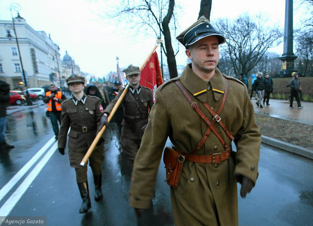 Ponad dwa tysiące osób uczestniczyło w tradycyjnym już Marszu Pamięci Żołnierzy Wyklętych w Lublinie, który zorganizowała Brygada Lubelska ONR. W pochodzie nie zabrakło dzieci, młodzieży, seniorów i całych rodzin - Są wśród nas mieszkańcy Lublina i okolic w różnym wieku i o różnych zainteresowaniach. Ten dzień połączył Polaków we wspólnej sprawie. I o to nam chodziło - mówił Damian Kita, jeden z organizatorów marszu. I dodawał: - W dzisiejszej rzeczywistości brakuje autorytetów dla młodzieży, która szuka ujścia energii nie zawsze z dobrym skutkiem. Żołnierze wyklęci mogą służyć nam za wzór. O godz. 17 uczestnicy zgromadzenia spotkali się na Placu Litewskim i przeszli Krakowskim Przedmieściem, a dalej ul. Lubartowską i Kowalską aż na Plac Zamkowy. Pod redakcją lubelskiej 'Wyborczej' krzyczeli: 'Kłamstwa Michnika wyrzuć do śmietnika' i 'Raz sierpem, raz młotem, czerwoną hołotę'. Śpiewali też 'A na drzewach zamiast liści będą wisieć komuniści'. Na Placu Zamkowym na specjalnie ustawionej scenie dla uczestników zagrali: raper Tadek Firma, zespół Irydion, Dawid Hallman i grupa Pozytywka.
