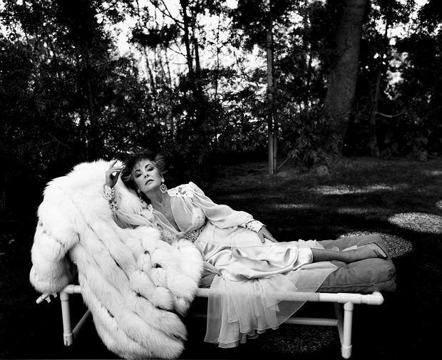 Elizabeth Taylor sfotografowana przez Helmuta Newtona w Los Angeles w 1985 roku (fot. Helmut Newton Estate)