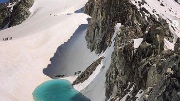 Lodowcowe jezioro w Alpach, które powstało po czerwcowej fali upałów sfotografowane przez Bryana Mestre'a