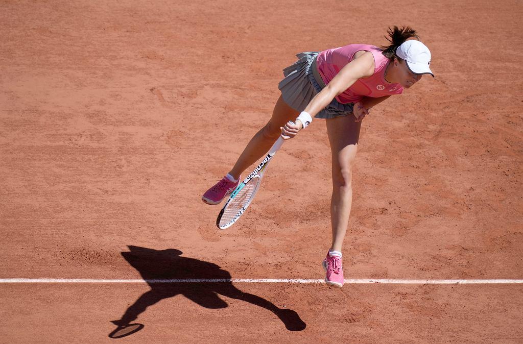 Iga Świątek podczas meczu z Kają Juvan drugiego dnia turnieju tenisowego French Open na kortach Rolanda Garrosa w Paryżu, 31.05.2021 r.