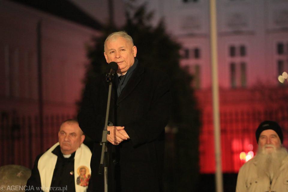 Jarosław Kaczyński podczas 94 miesięcznicy smoleńskiej