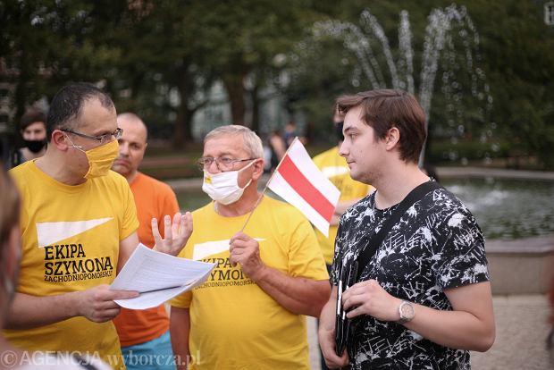 Niedzielna pikieta na szczecińskich Jasnych Błoniach w sprawie wyborów na Białorusi. Sympatycy Szymona Hołowni rozmawiają z Mateuszem Gierygą z Amnesty International o powodach rozwiązania pikiety