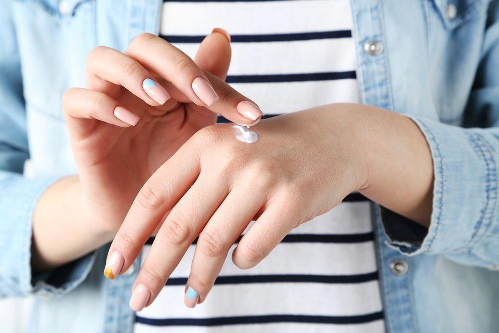 Pękająca i sucha skóra na dłoniach to problem, który dotyka wielu osób, szczególnie w jesiennych i zimowych miesiącach