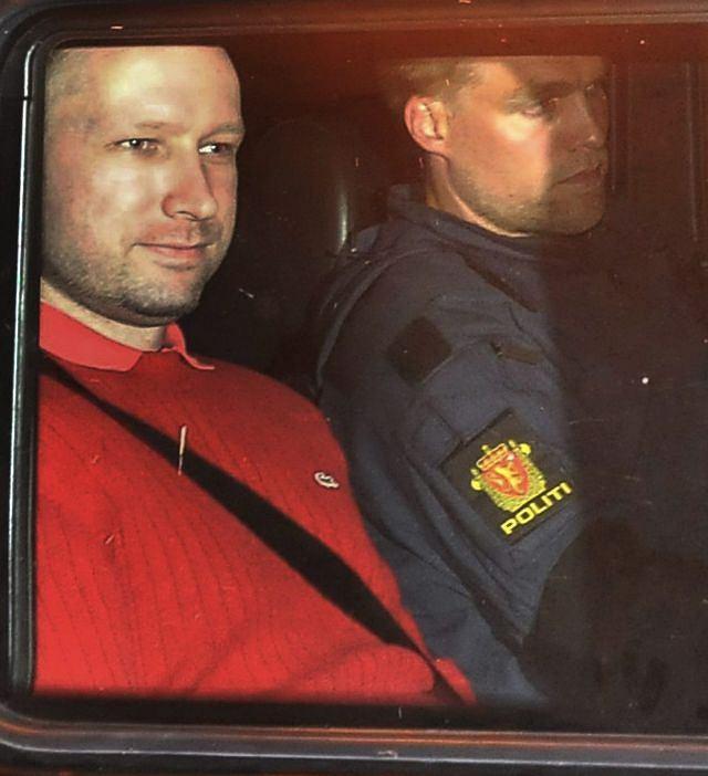 Anders Breivik (z lewej) w drodze na przesłuchanie do sądu w Oslo (25 lipca 2011)