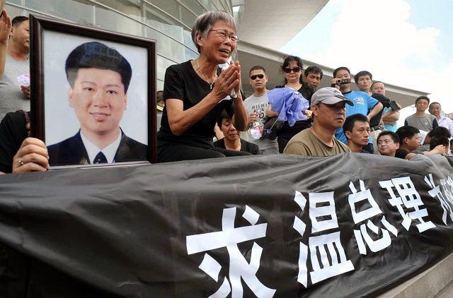 Rodziny ofiar katastrofy z soboty przed budynkami rządowymi w Wenzhou