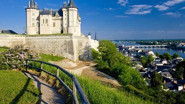 Dolina Loary, Francja. We Francji na obszarze długości 200 kilometrów i szerokości 100 kilometrów, w dolinie rzeki Loary i jej dopływów, wznosi się kilkaset średniowiecznych i renesansowych zamków i pałaców. Środkowa część doliny Loary jest w całości wpisana na listę skarbów UNESCO. Zamki nad Loarą zachwycają swoją architekturą, wystrojem oraz pięknymi ogrodami. Wycieczka ich szlakiem, to coś czego warto doświadczyć.