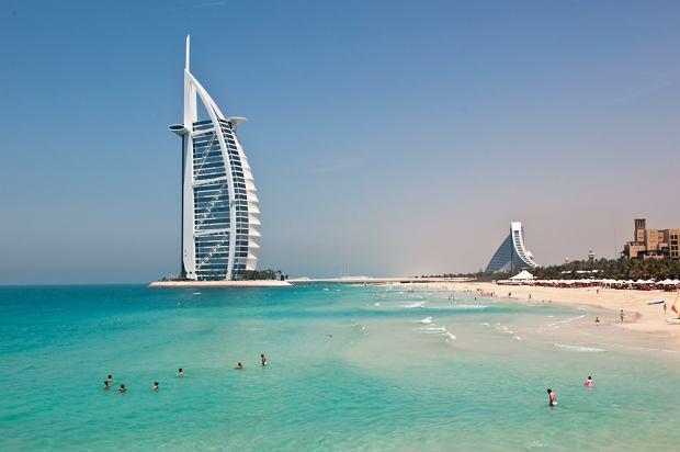 Azja Dubaj, Zjednoczone Emiraty Arabskie. Dubaj to miasto wielokulturowe i bardzo nowoczesne, leży nad wodami Zatoki Perskiej. Zamieszkują go głównie obcokrajowcy z Dalekiego Wschodu, ale wśród nich można napotkać sporą grupę Brytyjczyków. Dubaj słynie z nietypowych rozwiązań architektonicznych. Perłą wśród budowli Dubaju jest siedmiogwiazdkowy hotel Burdż Al Arab.