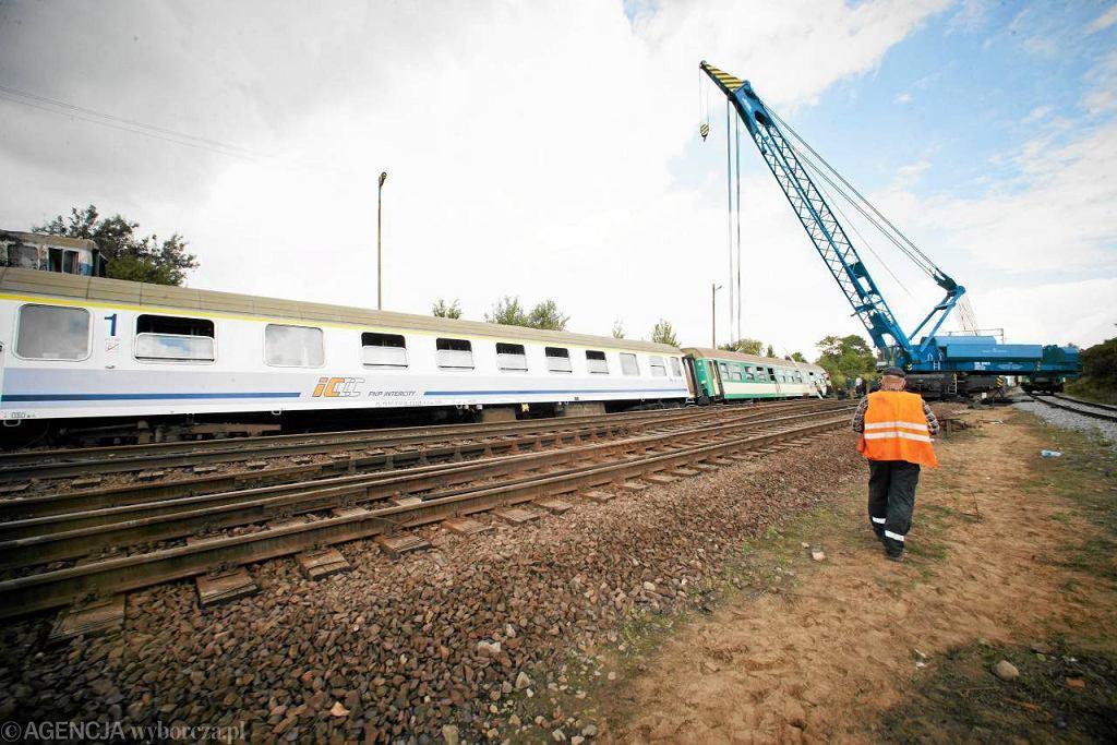 Podnoszenie pociągu, który wykoleił się w miejscowości Baby