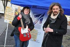 Gienek Loska z gitarą