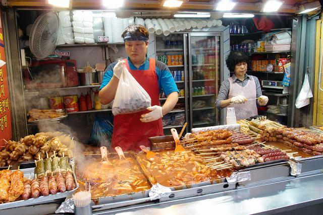 Stoisko z jedzeniem na targu w Seulu