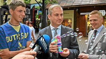 16 czerwca, Grzegorz Napieralski kupuje córkom zabawki na Krupówkach w Zakopanem