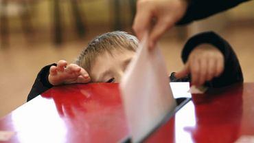Dziecko przy urnie wyborczej