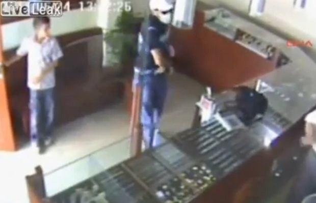 12-latek powstrzymał złodzieja przed okradzeniem sklepu jubilerskiego ojca.
