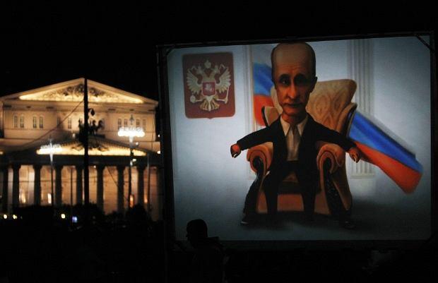59. urodziny Władimira Putina budzą w Rosji wielkie emocje. Tym większe, że Najpopularniejszy polityk Federacji Rosyjskiej zapowiedział swój udział w zbliżających się wyborach prezydenckich. Niektórzy z okazji urodzin już gratulują mu zwycięstwa... Na zdjęciu: Karykatura Władimira Putina sporządzona przez jego zwolenników w nocy poprzedzającej 59. urodziny premiera Rosji.