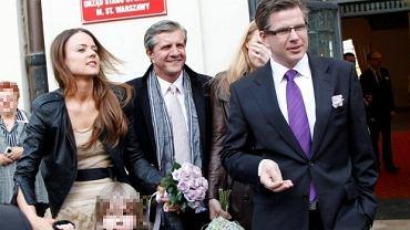 Filip Chajzer, syn prezentera telewizyjnego Zygmunta Chajzera, wziął w ubiegłą sobotę ślub ze swoją piękną narzeczoną. Para młoda jest ze sobą od ośmiu lat i ma 6-letniego syna Maksa. Ceremonia zaślubin odbyła się w Urzędzie Stanu Cywilnego na starówce w Warszawie. Ślub miał być kameralny, ale wpadli też paparazzi ;)  Filip Chajzer na co dzień pracuje jako reporter TVN.