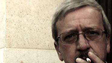 Mark Block palący papierosa w spocie wyborczym Hermana Caina (październik 2011)