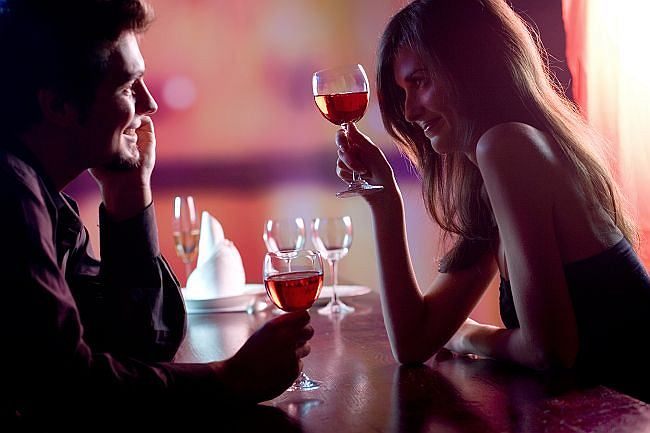 Indyjski facet umawia się z francuską dziewczyną