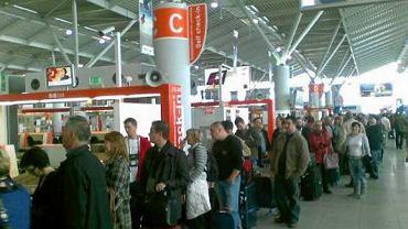 Tłumy pasażerów w hali odlotów na Okęciu. Kolejki rosną z każdą godziną