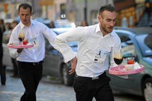 Najszybsi kelnerzy i kelnerki ścigali się w Poznaniu (zdjęcia)