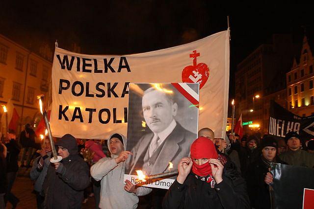 Uczestnicy marszu narodowców niosą m.in. portret Romana Dmowskiego, Wrocław, 11 listopada 2011 r.