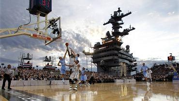 Do niezwykłego meczu doszło na lotniskowcu U.S.S. Carl Vinson. W tzw. Veterans Day zagrały ze sobą dwie drużyny ligi NCAA - Michigan State Spartans i North Carolina Tar Heels. Na trybunach był obecny m.in. prezydent Barrack Obama.<br>U.S.S. Carl Vinson to lotniskowiec, z którego pokładu oddział Navy Seals wyruszył na akcję likwidacyjną bin Ladena. To z pokładu tego okrętu ciało przywódcy Al-kaidy zostało wrzucone do morza