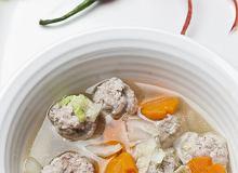 Zupa z kapustą pekińską i klopsikami wieprzowymi - ugotuj