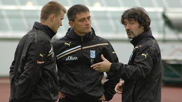 Mariusz Rumak (w środku) i Jose Bakero (z prawej) w towarzystwie tłumacza Mateusz Kamowskiego (z lewej)