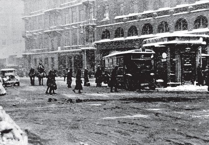 Placyk przy Brackiej przed domem Braci Jabłkowskich. Z lewej widać kamienicę pod numerem 23