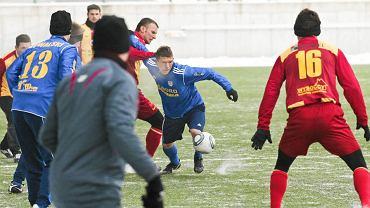 Piłkarze Arki Gdynia (niebieskie stroje) nie zagrają z Bałtykiem