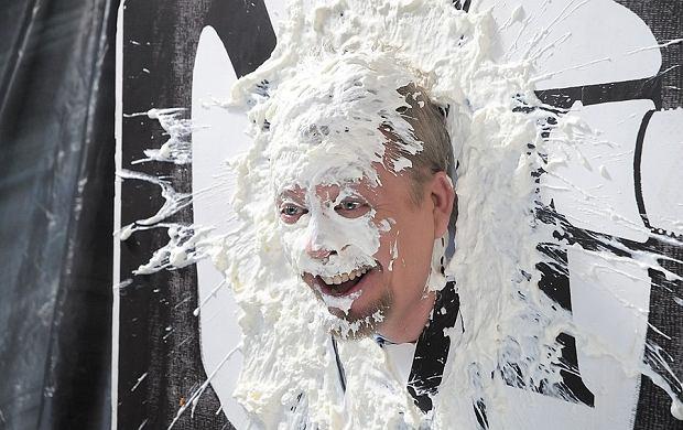 Ta twarz z bitą śmietaną należy do Tomasza Raczka. Publicysta dostał tortem od producentki programu